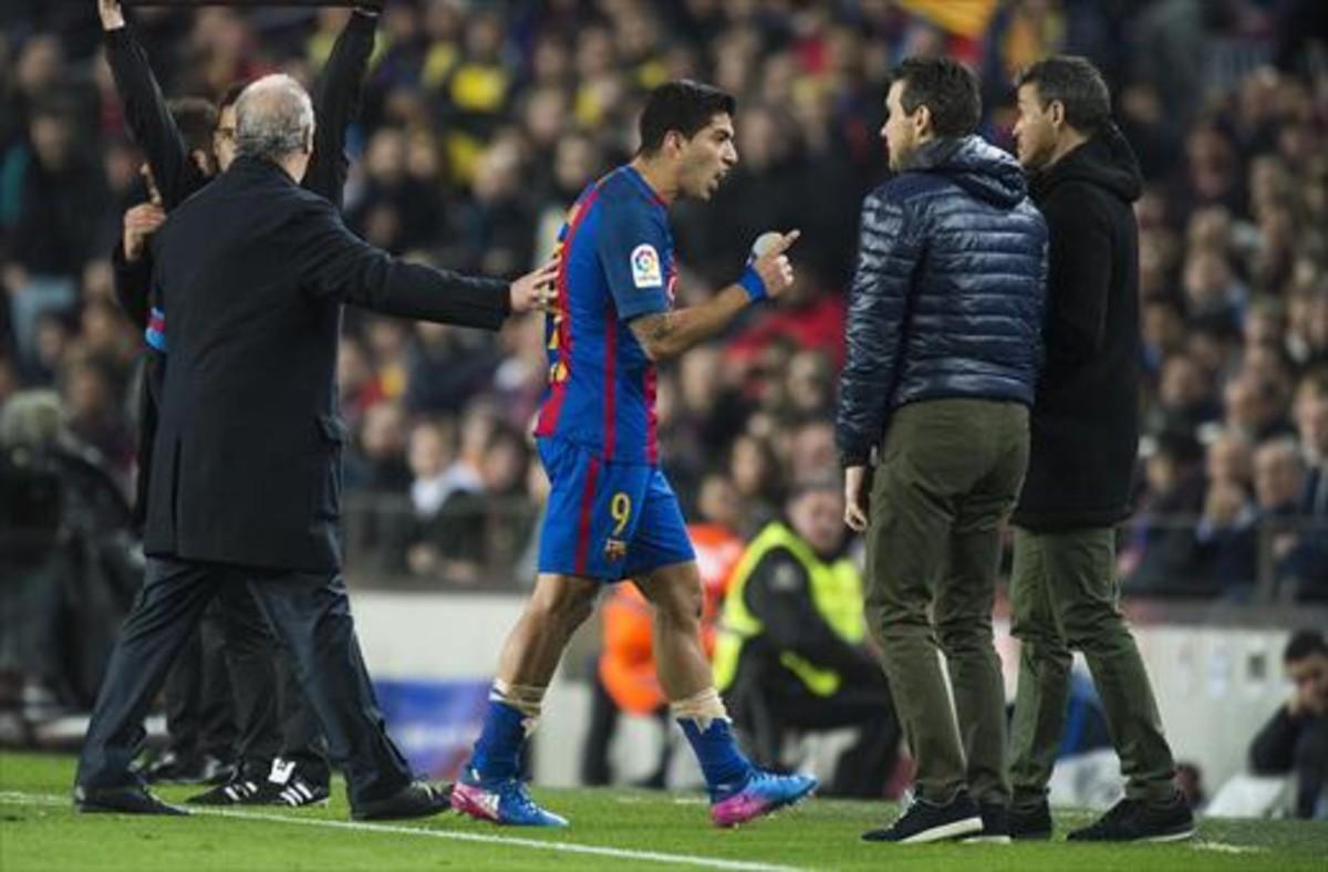 ENFADADO Luis Suárez se queja a Luis Enrique y Unzue, tras la expulsión.