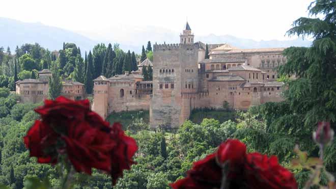 La voz desnuda de la cantaora granadina Estrella Morente protagoniza el vídeo que ha lanzado el Patronato de la Alhambra y Generalife en sus redes sociales para promocionar el monumento con motivo de su reapertura.