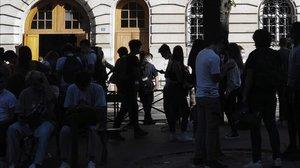 Estudiantes franceses a a la puerta de un colegio en París.