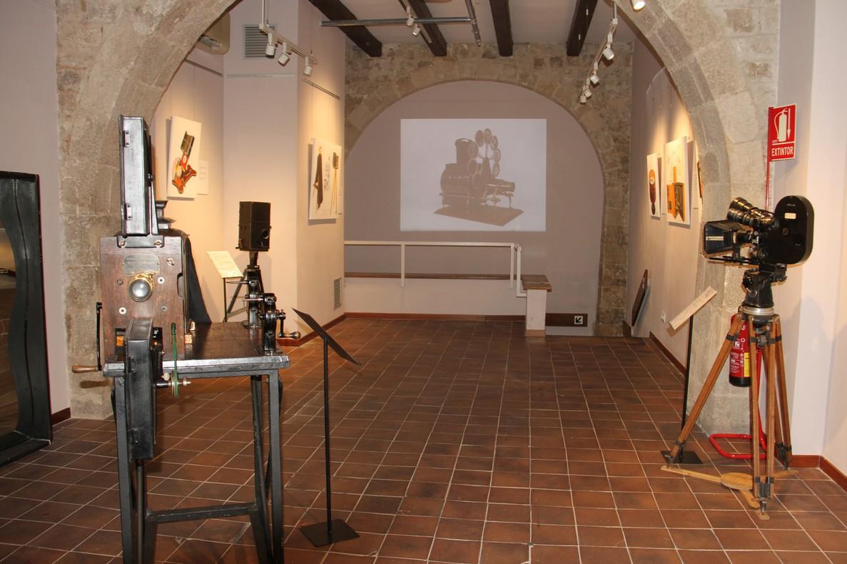 En la planta superior se muestran cámaras y dibujos de objetos precursores del cine.