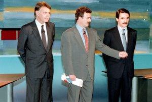 Felipe González y José María Aznar, junto a Manuel Campo, moderador del debate cara a cara entre los candidatos a la presidencia del Gobierno en el 1993.