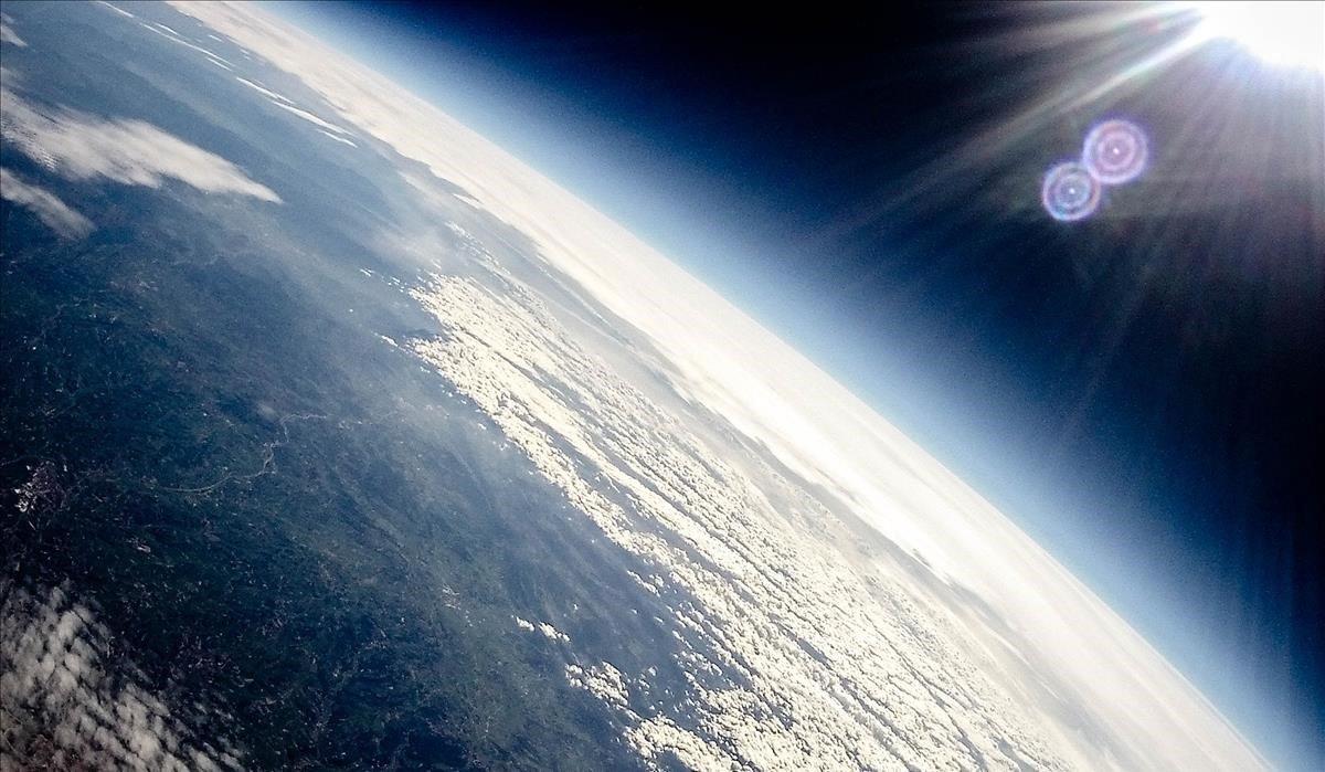 Fotografía de la Tierra desde la estratosfera, realizada por una sonda lanzada por estudiantes.