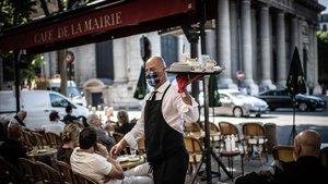 Un camarero en la terraza delCafe de Flore deParís este martes.