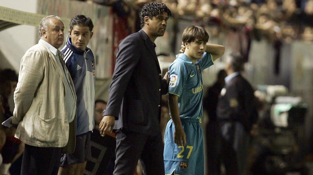 Frank Rijkaard y Bojan Krkic, el día del debut del joven delantero, en Pamplona el 11 de septiembre del 2007.