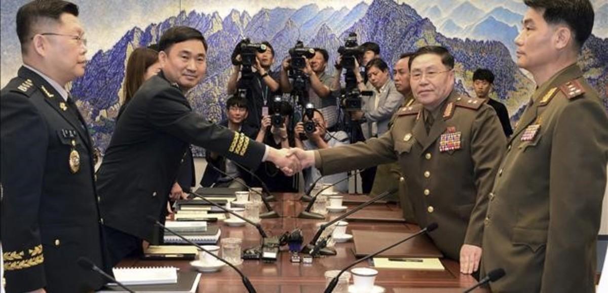 El general norcoreano An Ik San (derecha) da la mano a su homólogo surcoreano, Kim Do-gyun.