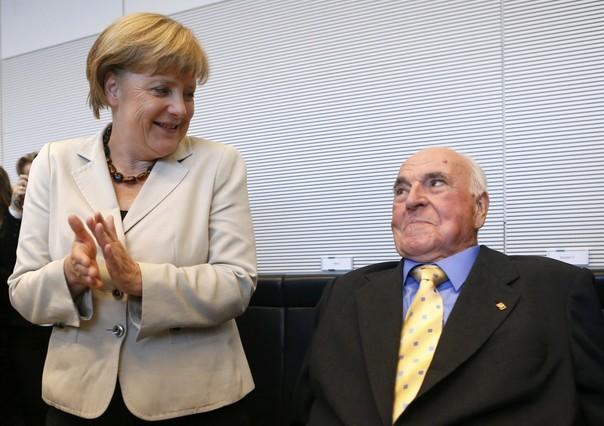 La cancillera Angela Merkel aplaude al excanciller Helmut Kohl, en el 2012.