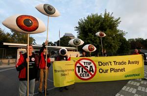 Activistas de Greenpeace protestan contra los acuerdos comerciales del TTIP y CETA en Ginebra, este martes.