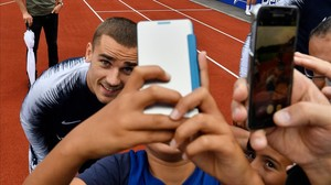 Griezmann posa para unos aficionados en un entrenamiento en Clairefontaine.