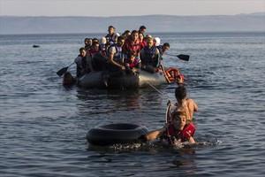 Un grupo de refugiados sirios y afganos llegan a la isla griega de Lesbos, en julio pasado.