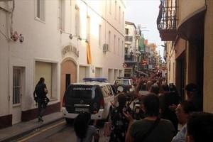 La Guardia Civil abandona Calella, entre las protestas de los vecinos.