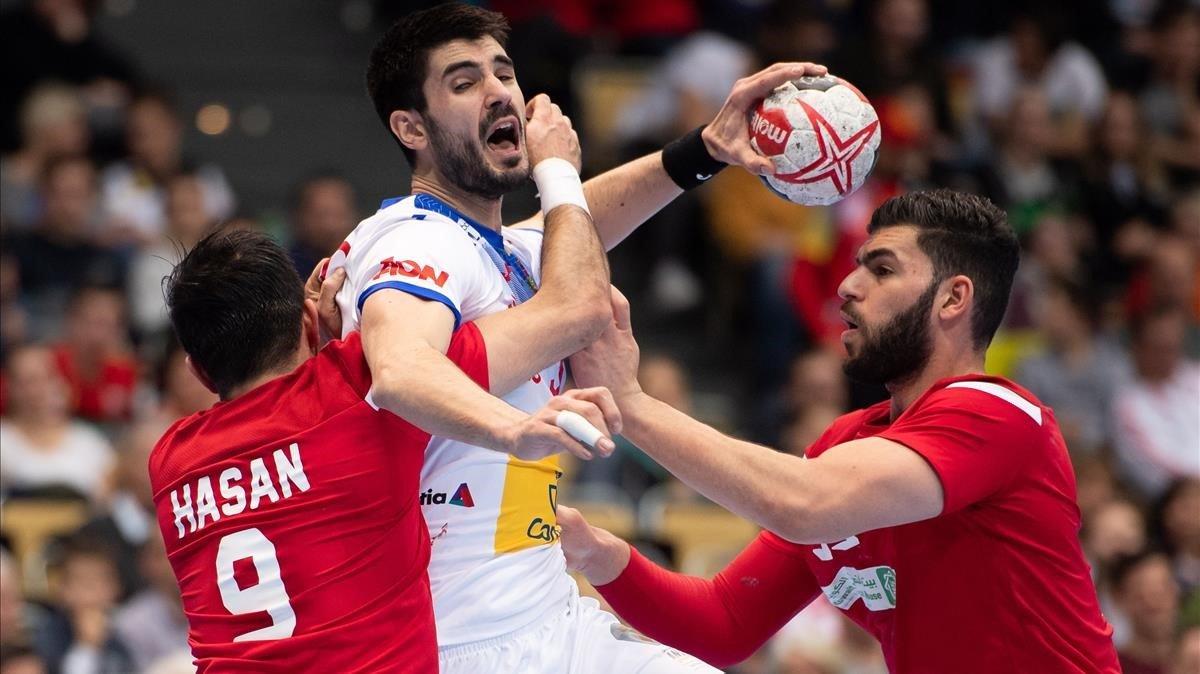 Gurbindo dispara ante Hasan Madan en el España-Bahréin.