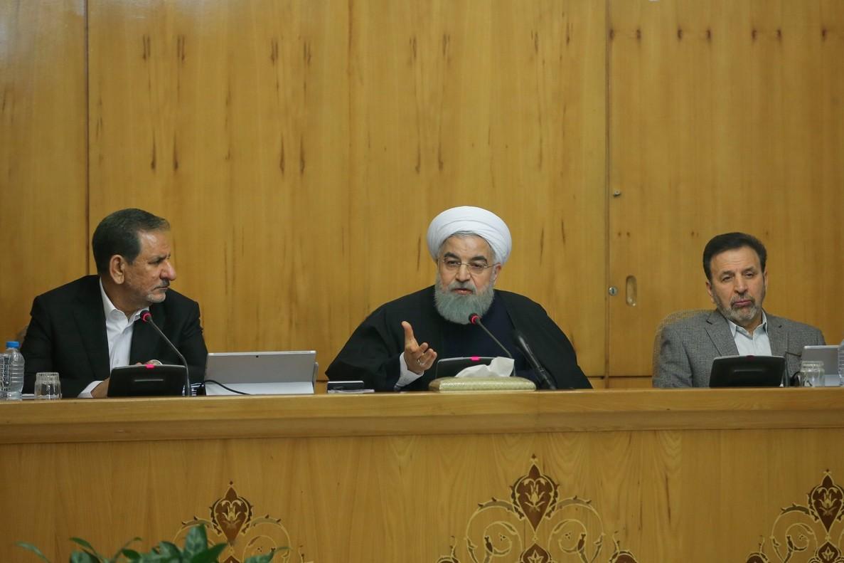 Hasan Rohaní, en el centro en un encuentro con la prensa.