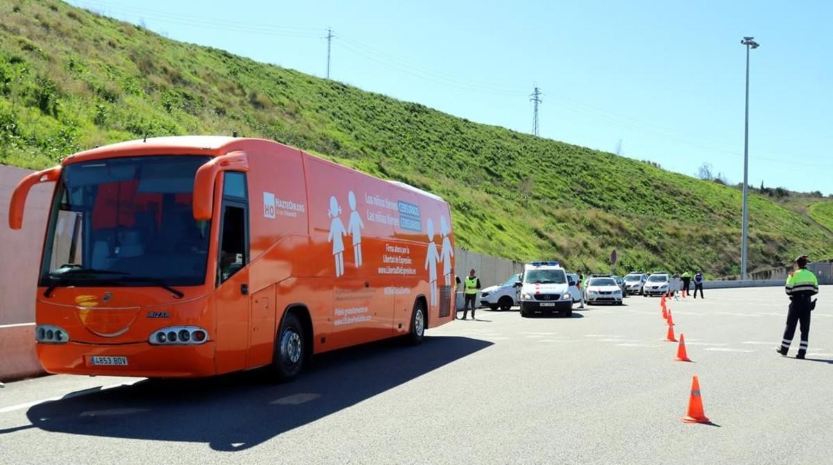 Los Mossos detienen el autobús de Hazte Oír en el peaje de Martorell.
