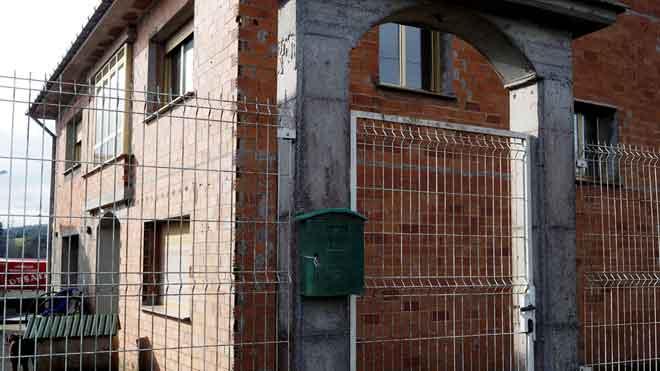 Domicilio donde fue encontrado el cadaver de la mujerde 79 anospresuntamente asesinada por su marido en A Pastoriza (Lugo).El cadaver del hombrede 82 añosfue hallado en el exterior de la vivienda bajo una ventanaque estaba abierta.