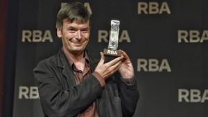 Ian Rankin, con el premio RBA de novela negra, este jueves en Barcelona.