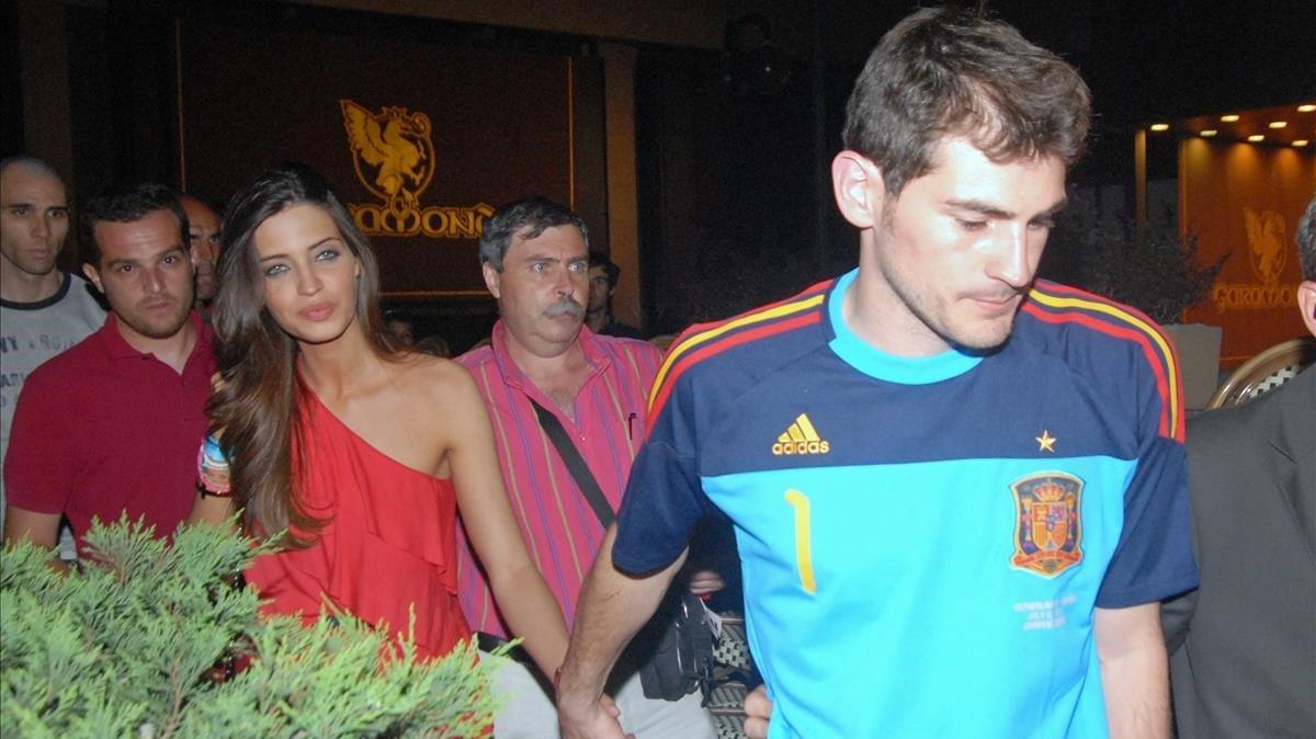 Iker Casillas y Sara Carbonero, durante la celebración de la victoria en el Mundial de Sudáfrica, en Madrid, el 12 de julio del 2010.