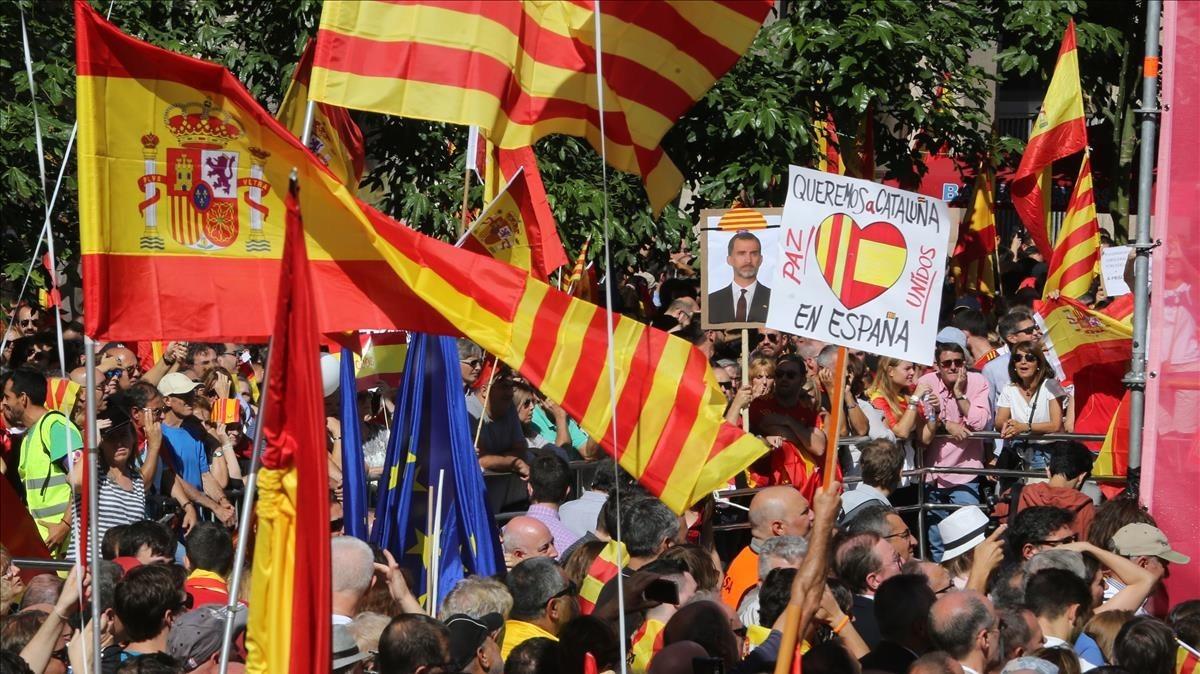 Un mar de banderas españolasen la Via Laietana