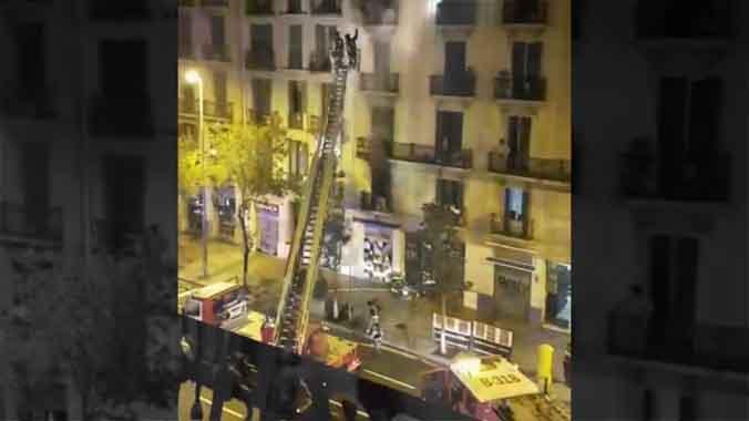 El vídeo de un vecino muestra el agónico rescate del incendio de Barcelona.
