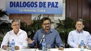 Iván Márquez (centro), líder de los delegados de las FARC, lee un comunicado en La Habana (Cuba), el 8 de febrero.
