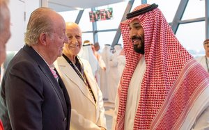 El rey emérito, junto al príncipe saudí Mohamed bin Salman, este domingo en Abu Dabi.