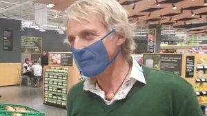 Calleja, criticado por no usar guantes ni mascarilla en una campaña de Carrefour, que lo arregla de manera chapucera