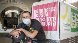 Mohamed Sbiti en la bicicleta con la que hace los repartos por Ciutat Vella.