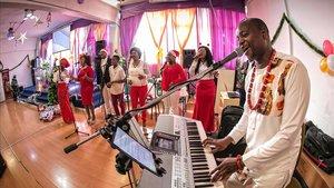 Joe Psalmist y el coro, oficiando la misa de la Kingdom Harvest Church en Sant Adrià de Besòs