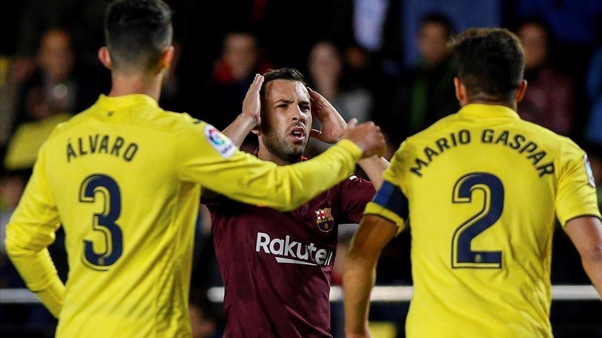 Jordi Alba se lamenta tras una ocasión perdida ante el Villarreal.