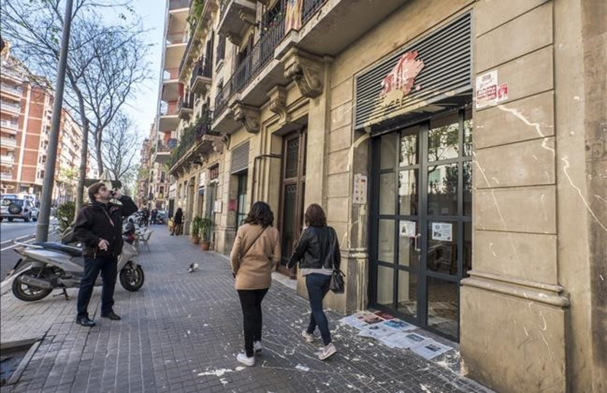 Fotografía del ataque en la sede del PSC de Barcelona.