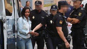 Ana Julia Quezada se dirige a la sala de vistas de la Audiencia de Almería, este jueves. /EUROPA PRESS / RAFAEL GONZÁLEZ