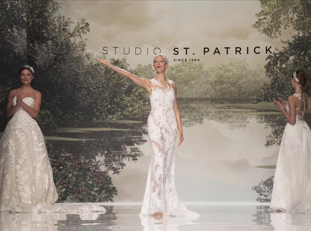 La modelo Karolina Kurkova, junto a dos modelos, saluda al final de desfile de la colección Studio St Patrick 2018.