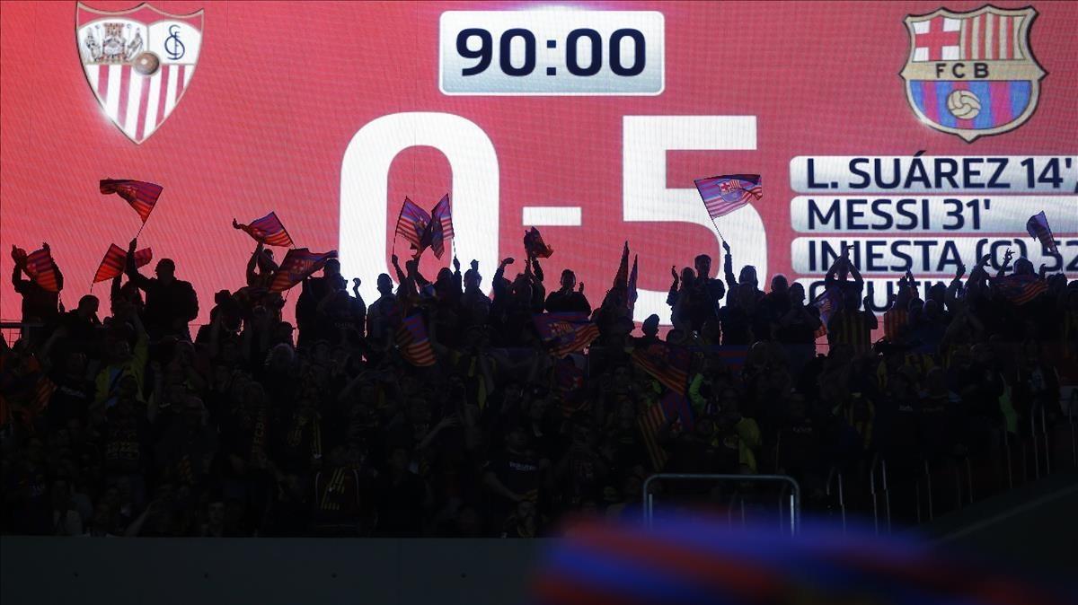 Seguidores de FC Barcelona celebranla victoria enel Wanda Metropolitano.