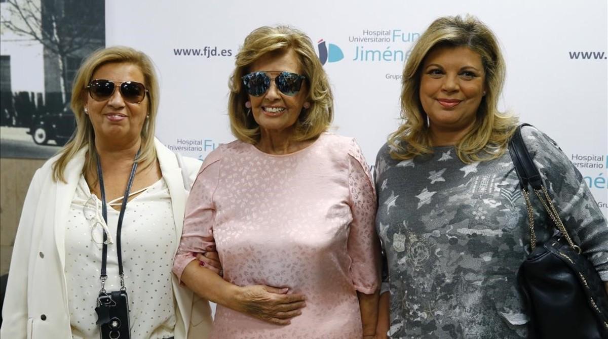 Maria Teresa Campos acompañada de sus hijas Terelu y Carmen,a su salida del las Fundacion JiménezDíaz, tras recibir el alta medica despuésde permancer ingresada desde el pasado 16 de mayo cuando sufrióun ictus.