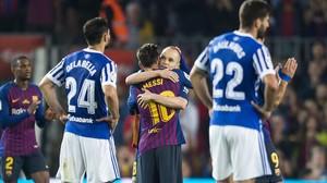 Leo Messi se despide de Andrés Iniesta durante el Barça-Real Sociedad