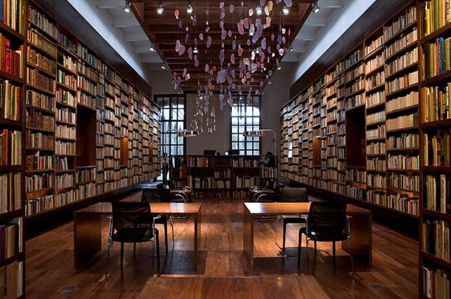 Libros de la colección personal del autor mexicano Jaime García Terrés en las estanterías de la recientemente renovada y renombrada biblioteca 'Ciudad de los Libros', que incluye colecciones personales de autores y poetas, en Ciudad de México.