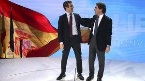 El líder del PP, Pablo Casado, arropado por el expresidente José María Aznar, en la convención nacional del partido, el pasado enero.