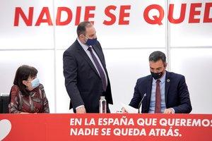 Pedro Sánchez, con el secretario de Organización del PSOE y ministro de Transportes, José Luis Ábalos, y la presidenta del partido, Cristina Narbona, este 7 de septiembre en la sede de Ferraz.