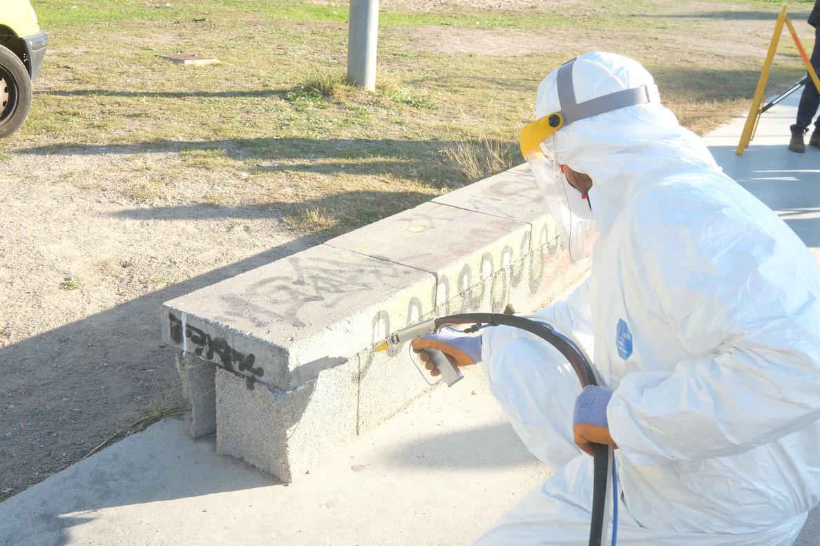 Limpieza de un grafiti por parte del equipo de trabajo