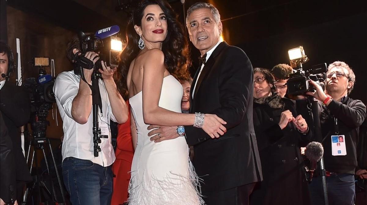 Amal y George Clooney, rodeados de cámaras, el pasado febrero, en la entrega de los Premios César, galardones del cine francés.