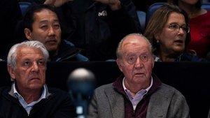 El rey Juan Carlos, junto a Sebastián Nadal, el padre de Rafa Nadal, este lunes en Londres.