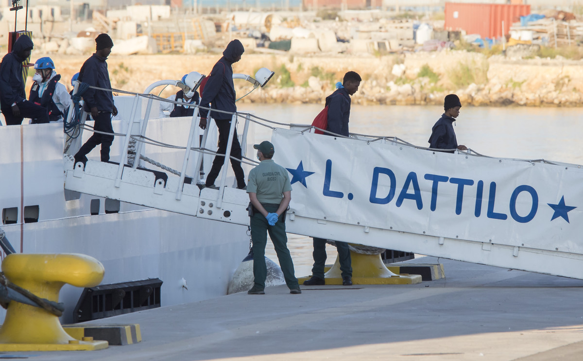 Los primeros inmigrantes bajan del 'Dattilo'.