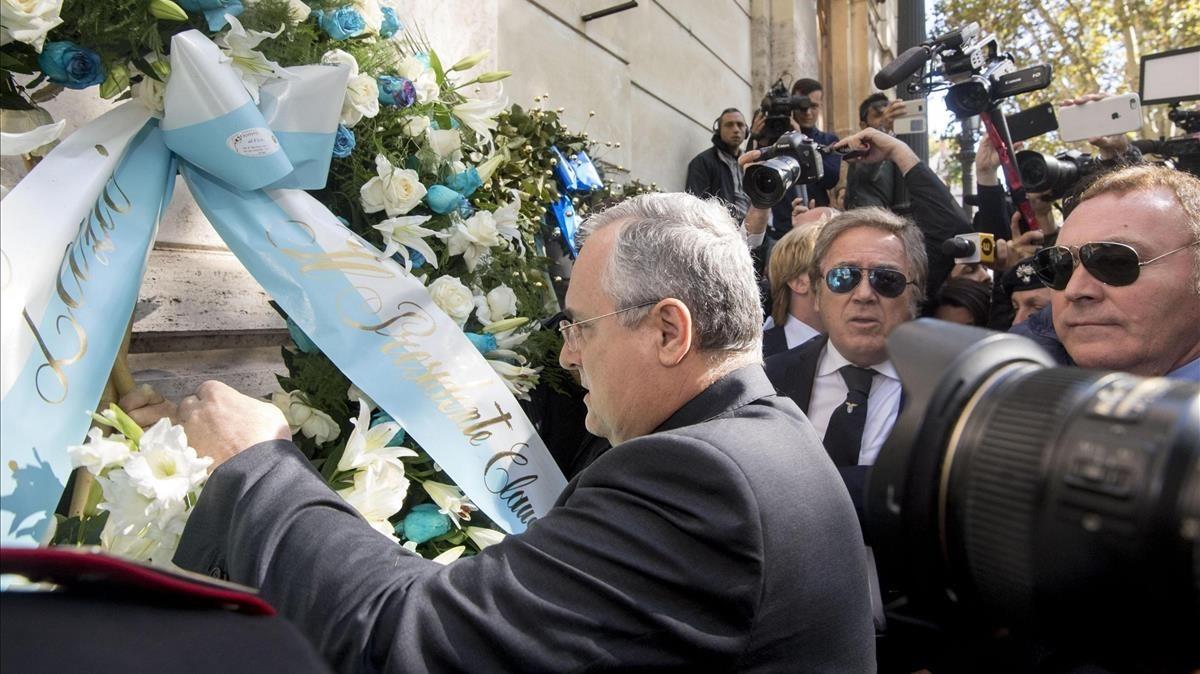 Lotito, presidente del Lazio, hace una ofrena floral a una sinagoga de Roma.