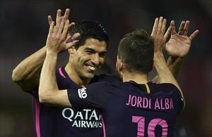 Luis Suárez celebra su gol con Jordi Alba.