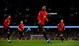 Los jugadores del United celebran el primer gol ante el City.