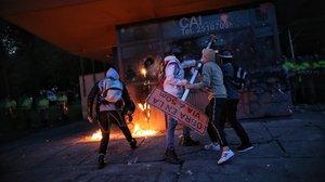 Manifestantes bogotanos atacan una comisaría de policía.