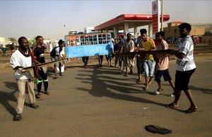 Manifestantes sudaneses preparan una barricada en Jartum.
