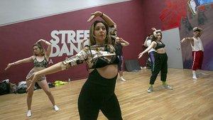 Manos y brazos en acción durante una clase de voguing en Street Dance Area.