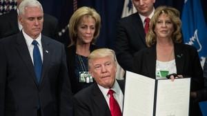 """Trump firma l'ordre per a la construcció """"immediata"""" del mur amb Mèxic"""