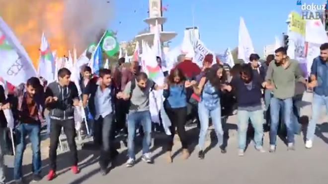 El momento de una de las explosiones durante la manifestación de Ankara.