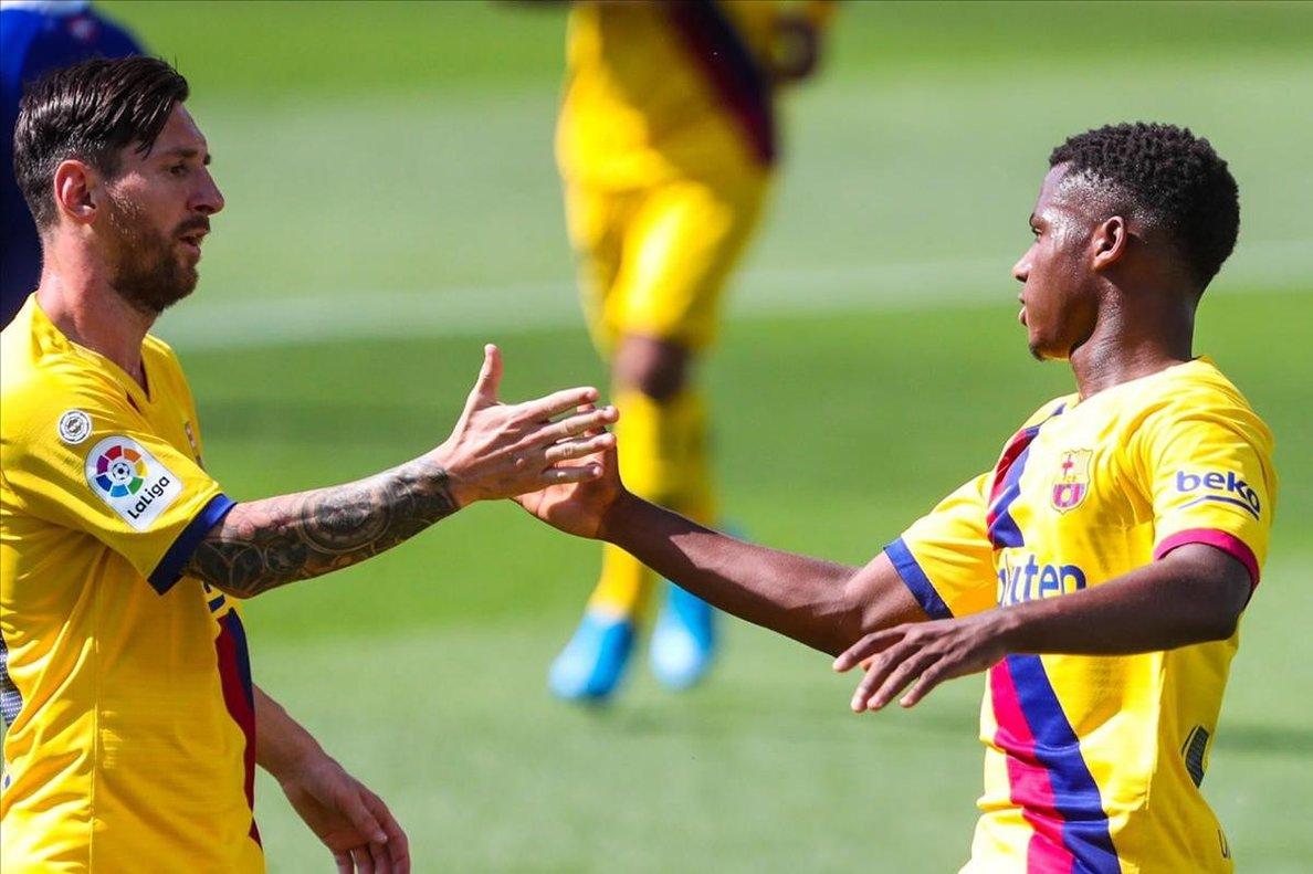 Messi y Ansu Fati chocan manos por la goleada frente al Alavés